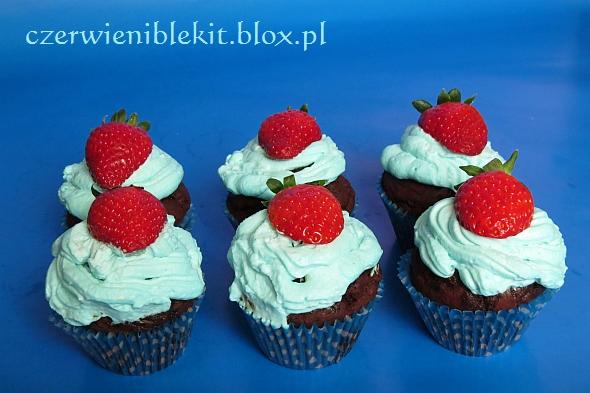 Babeczki czekoladowo-bananowe z niebieskim kremem i truskawkami