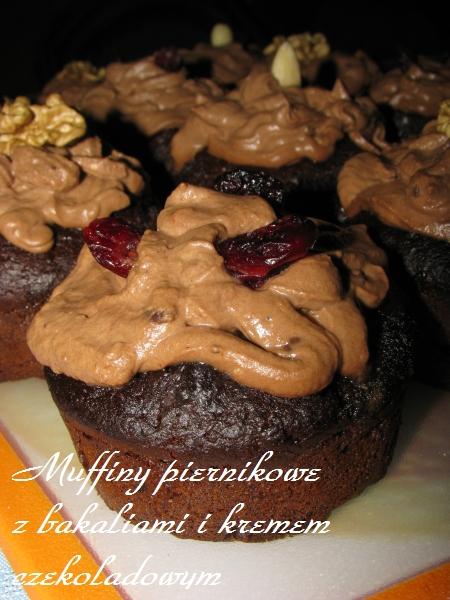Muffiny piernikowe z bakaliami i kremem czekoladowym