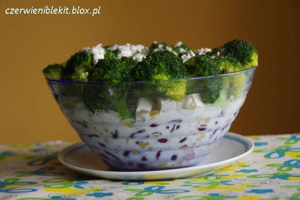 Sałatka brokułowa z fetą, szynką i czerwoną fasolą