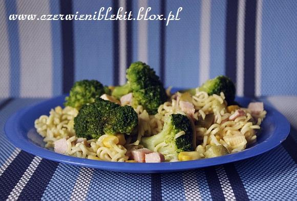 Sałatka brokułowa z nudlami serowymi